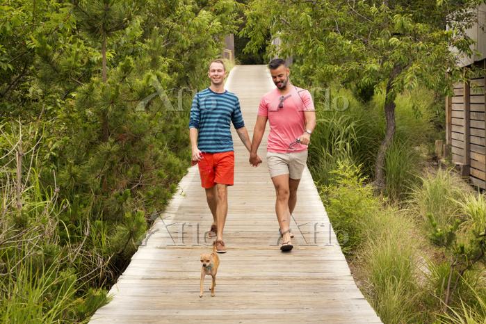 Happy homosexual couple talkin・・・