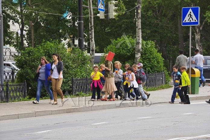 ロシア サハリン 横断歩道を渡る子供たち