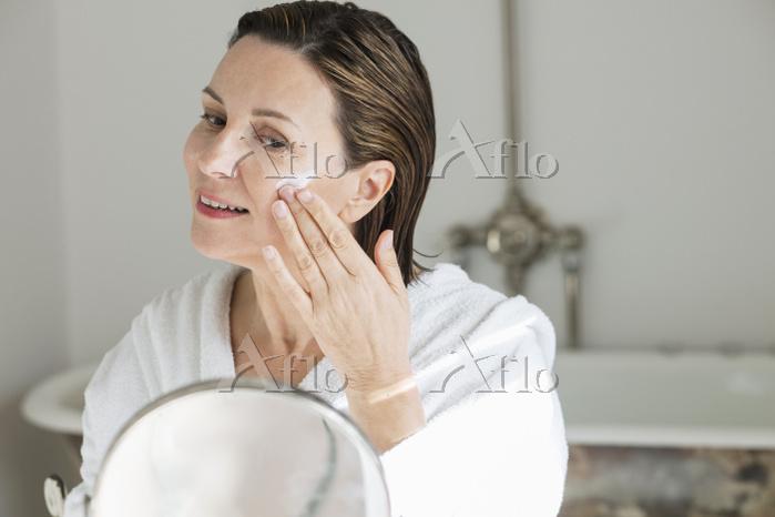 スキンケア 鏡を見る外国人の顔