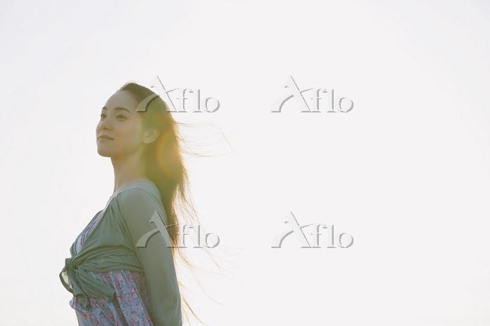 髪がなびくロングヘアの日本人女性