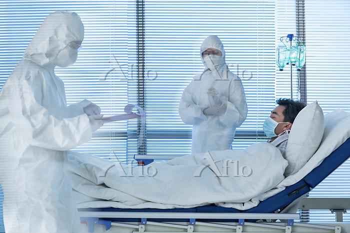 Doctors treating patients in t・・・