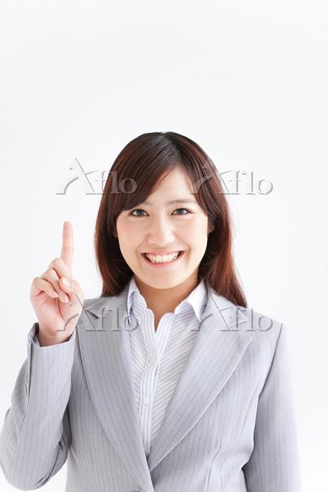 指を立てる笑顔のビジネスウーマン
