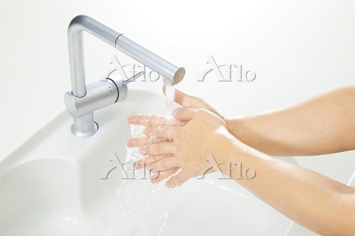 手を洗う手元