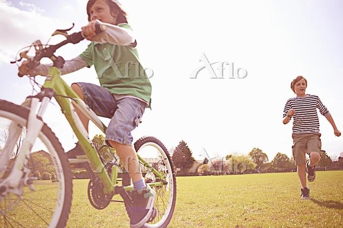 自転車に乗る子供