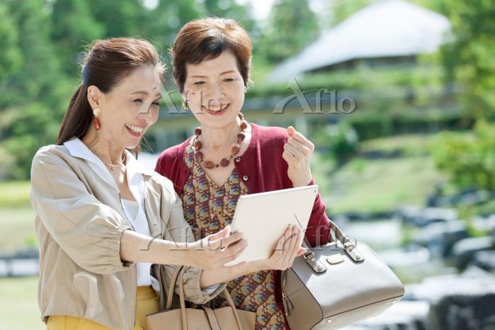 タブレットを見ている日本人のシニア女性