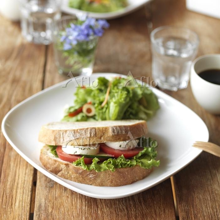 パンとサラダのあるカフェのワンプレートランチ