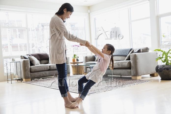 ダンスをする親子