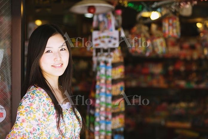 駄菓子屋にいる女性
