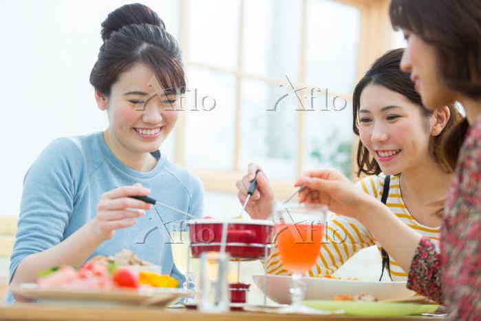 ホームパーティーで食事をする日本人女性
