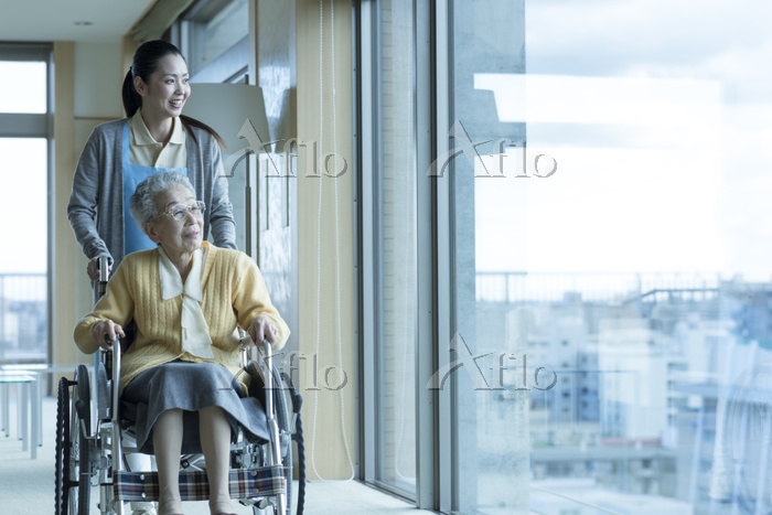 ホームヘルパーとシニア女性