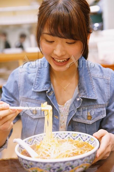 担々麺を食べる日本人女性