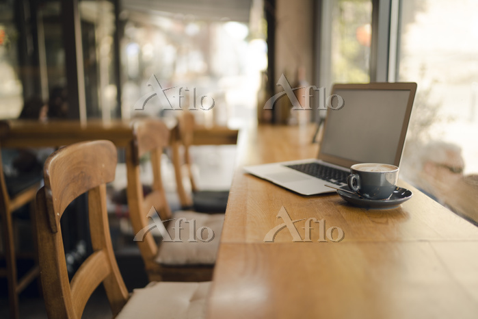 Laptop with blank screen in co・・・