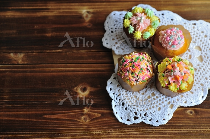 カラフルなトッピングの焼き菓子