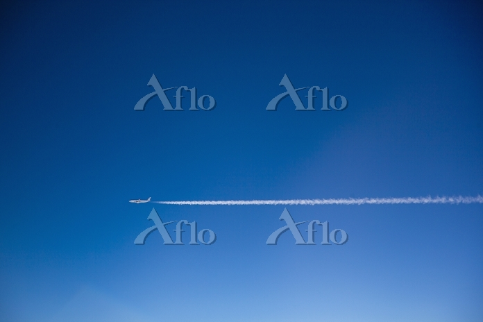 A plane and vapor trails in th・・・