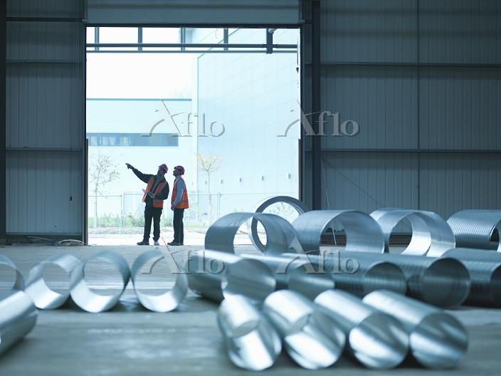 倉庫で働く作業員