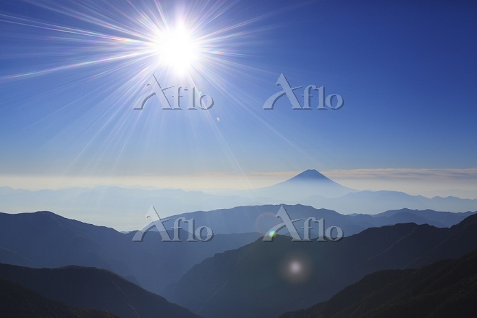山梨県 北岳から望む朝の富士山と連なる山並み