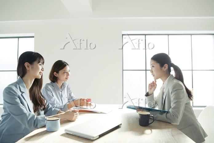 会議中の20代日本人女性