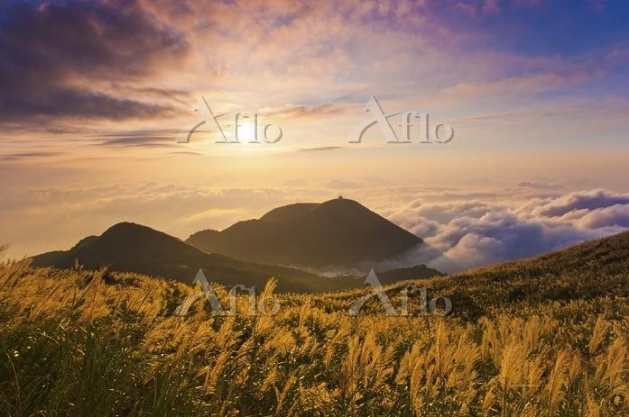 台湾 陽明山国家公園の山並みと夕日 台北市