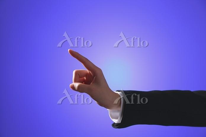 タッチパネルを操作する指先