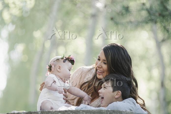 赤ちゃんと母親と兄