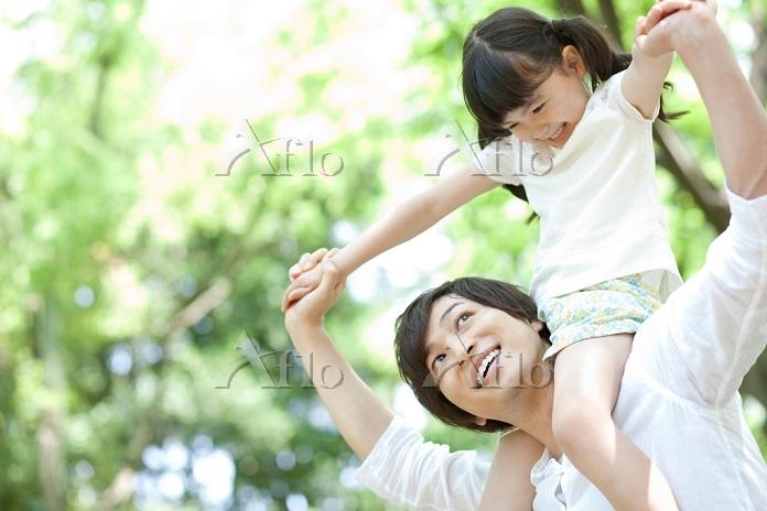 肩車をする日本人親子