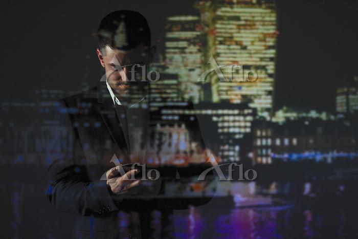 スマホを操作するビジネスマン