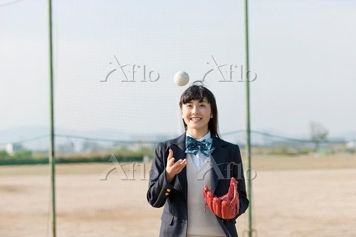 ボールを投げる女子高校生