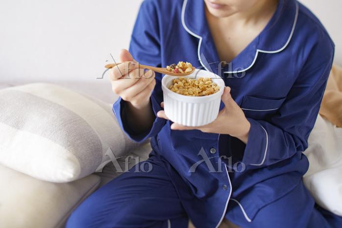 ベッドで朝食をとる日本人女性