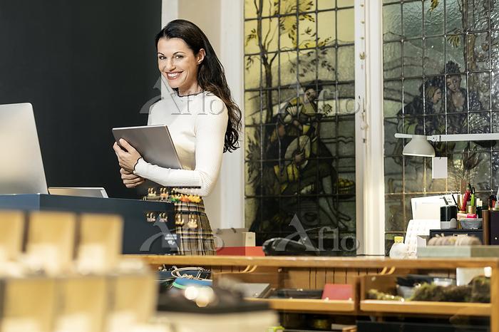 Mature woman working in fashio・・・