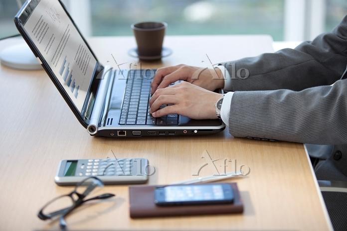 ノートパソコンを操作しているビジネスマン