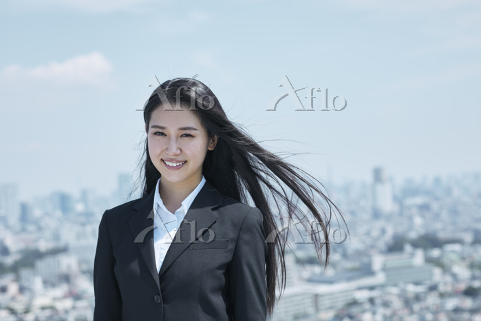 スーツ姿の若い日本人ビジネスウーマン