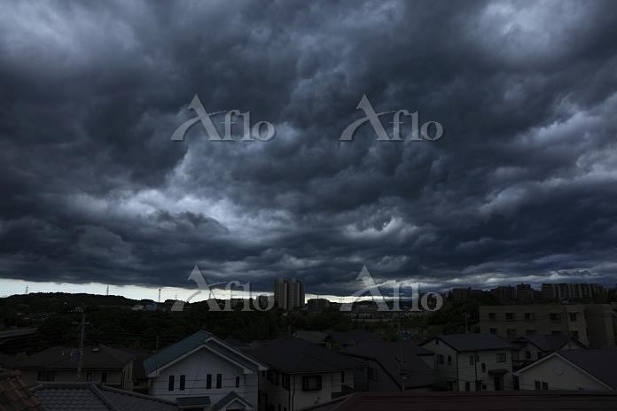 東京都 稲城市 暗雲と街