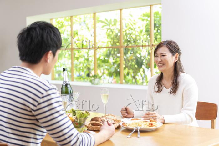 休日にシャンパンを飲み昼食する夫婦