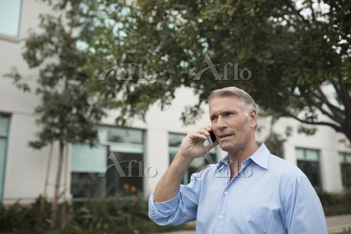 電話する外国人男性