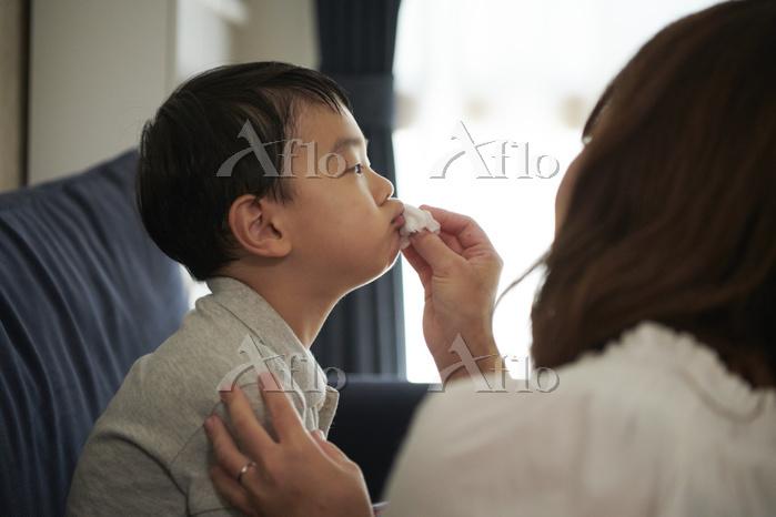 顔を拭いてもらう日本人の子供