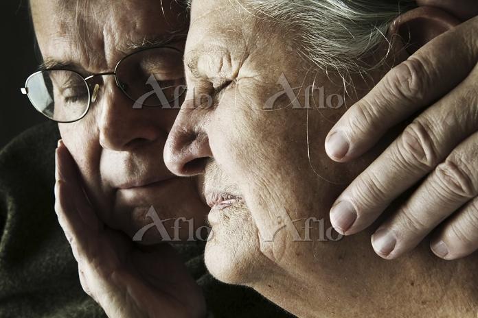 苦痛の表情のシニア夫婦