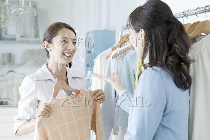 洋服店の店員と客