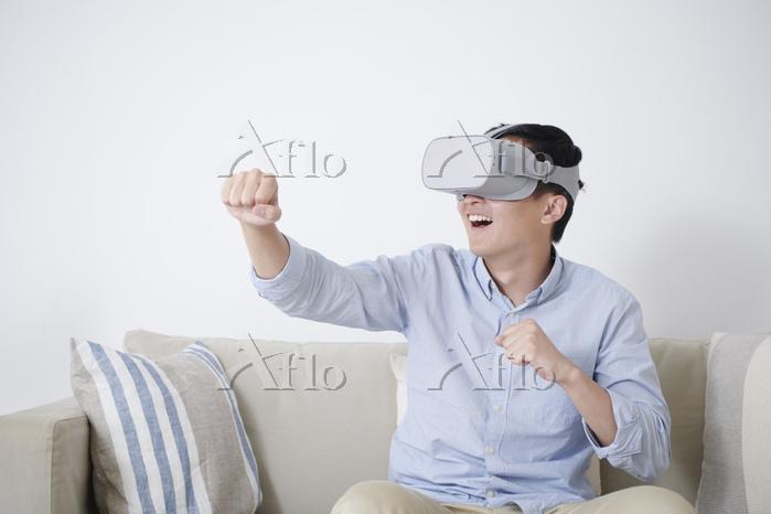 VRゴーグルを付けた男性