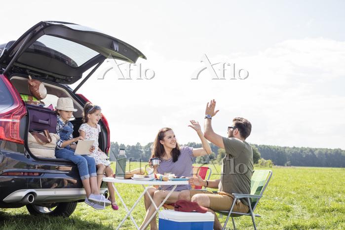 ピクニックをする外国人家族