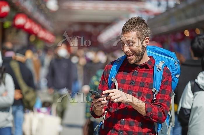 浅草を観光する男性