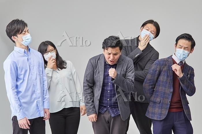 咳をする日本人男性