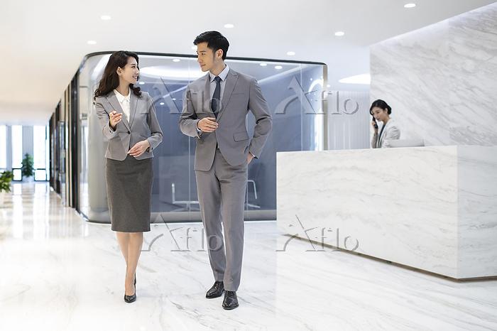 Successful business people tal・・・