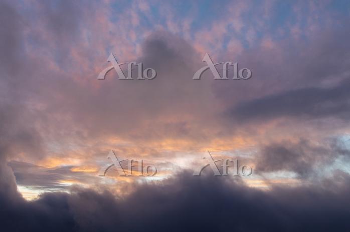 暗雲と朝焼け