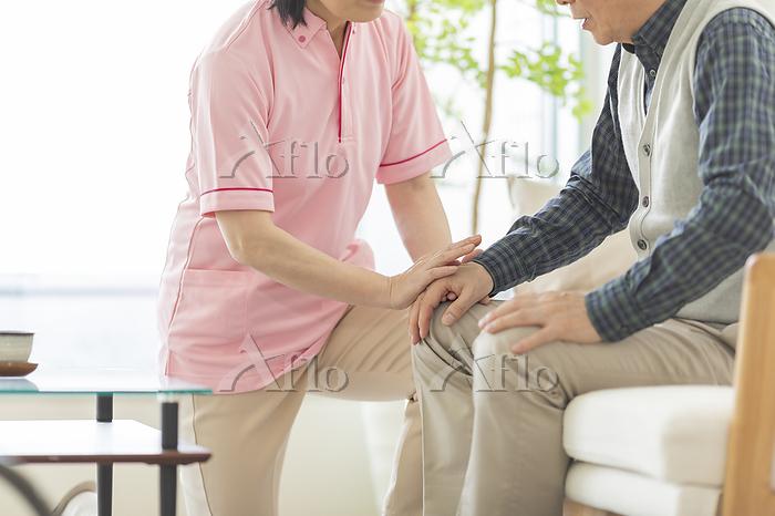 日本人のシニア男性と介護士