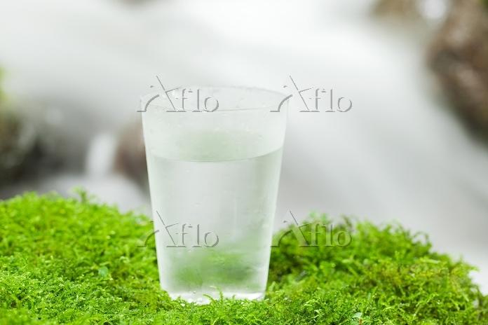 清流とコップの水