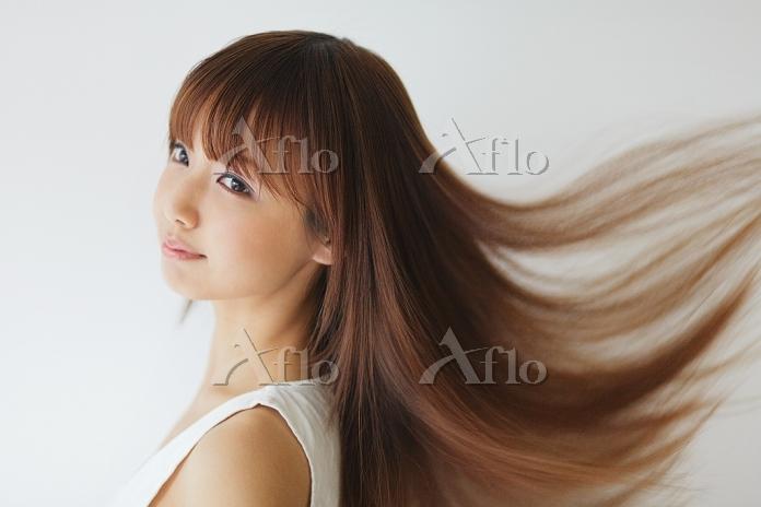 風で髪がなびく日本人女性