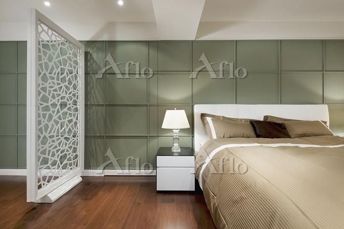 Brown bed in modern bedroom wi・・・
