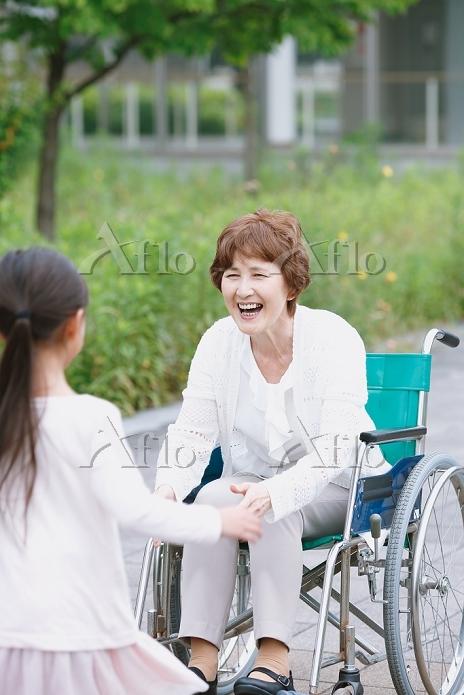 車椅子のシニア女性と孫