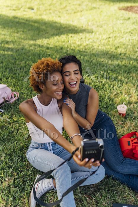 Two happy female friends takin・・・