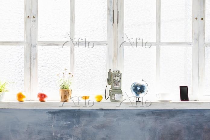窓辺に置かれた果物とインテリア小物